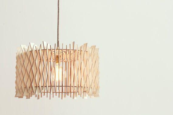 DER GESTAFFELTE LAMPENSCHIRM Mit 72 Lasercut Sperrholz Flügel entworfen hat dieses Lampenschirm eine segmentierte Schatten produziert schöne und komplizierte Schatten an Wänden und decken.  MATERIALIEN -Birkensperrholz  UNGEFÄHRE ABMESSUNGEN -Durchmesser: 430mm -Höhe: 240mm  Schnur & Zwiebel -Dies ist nur ein Lampenschirm, Kabelsatz oder Glühbirne sind nicht inbegriffen. -Montierbar auf Norm UK oder EU-Fassung, bitte geben Sie passende Typ auf Bestellung -Nur für verwendet werden, mit…