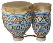 NAQQARA. Un timbal hecho de metal, arcilla o madera y que se toca casi siempre en parejas afinadas de modo diferente. Este tipo de timbales se tocan con palillos recubiertos de filtro, a veces al tiempo que se monta a caballo, en camello o elefante.  El instrumento llegó a Europa en el siglos XIII con los cruzados derrotados.  La palabra naqqara y otras derivadas de ella hacen referencias a diversos tamaños de timbales desde Inglaterra a Etiopía (nagarit) e India (nagara). En la India mogol…