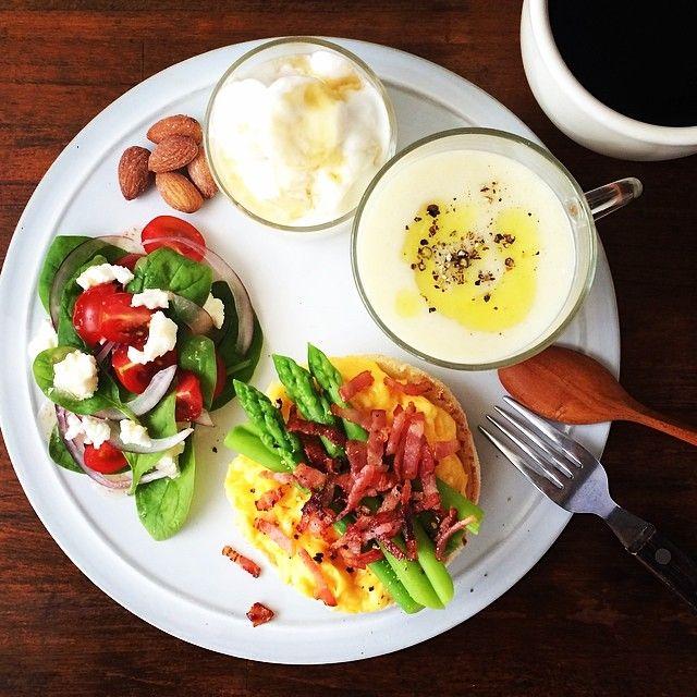 Kei Yamazaki @keiyamazaki | Websta カリッと焼いたイングリッシュマフィンにスクランブルエッグとアスパラ、ベーコン。今朝のスープはキャベツ。