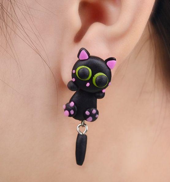 Øreringe, kat med grønne øjne, 49 kr. Se vores mange sjove øreringe af plexiglas, eller smykkeler. http://uglenimosen.dk/produkter/71-sjove-oereringe/