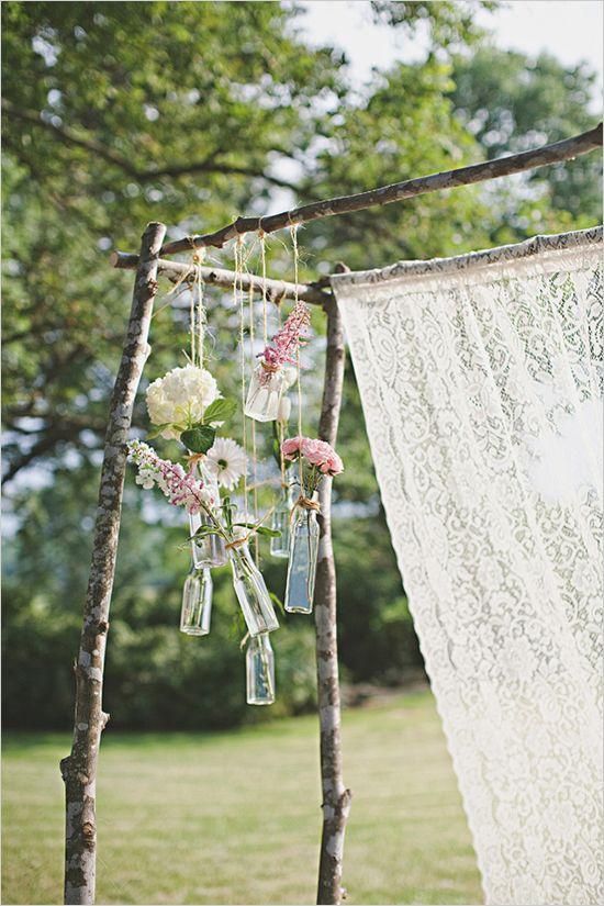Trauung im Freien, Outdoor Hochzeit, Traurigen mit Vasen und Blumen, romantisch