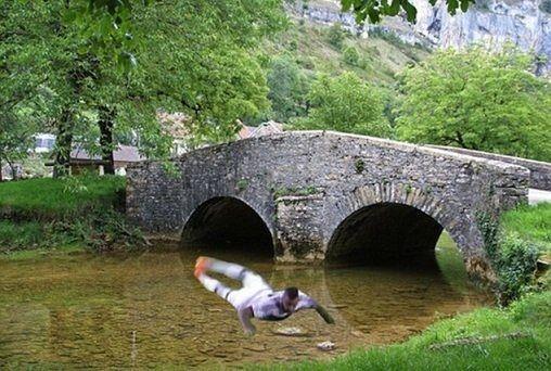 Piłkarz Bayernu Monachium postanowił wskoczyć do rzeki • Jerome Boateng zabawnie ląduje w wodzie • Zobacz śmieszny mem z Boatengiem >>