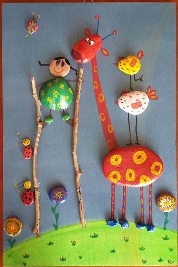 Quadretto creato con sassi e conchiglie dipinti a mano con colori acrilici, pennarelli e pastelli colorati e incollati su tavoletta di legno con colla a caldo. Il quadretto é completo di gancetti per appenderlo alla parete. Le dimensioni sono: H 30 cm x L 20 cm. Ogni quadretto è unico