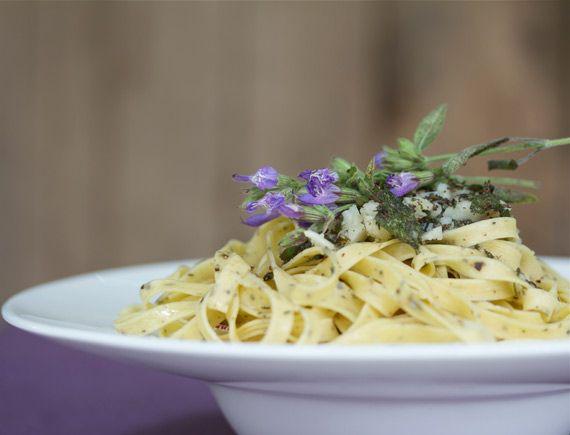 La cuina violeta: Pesto de sàlvia i farigola