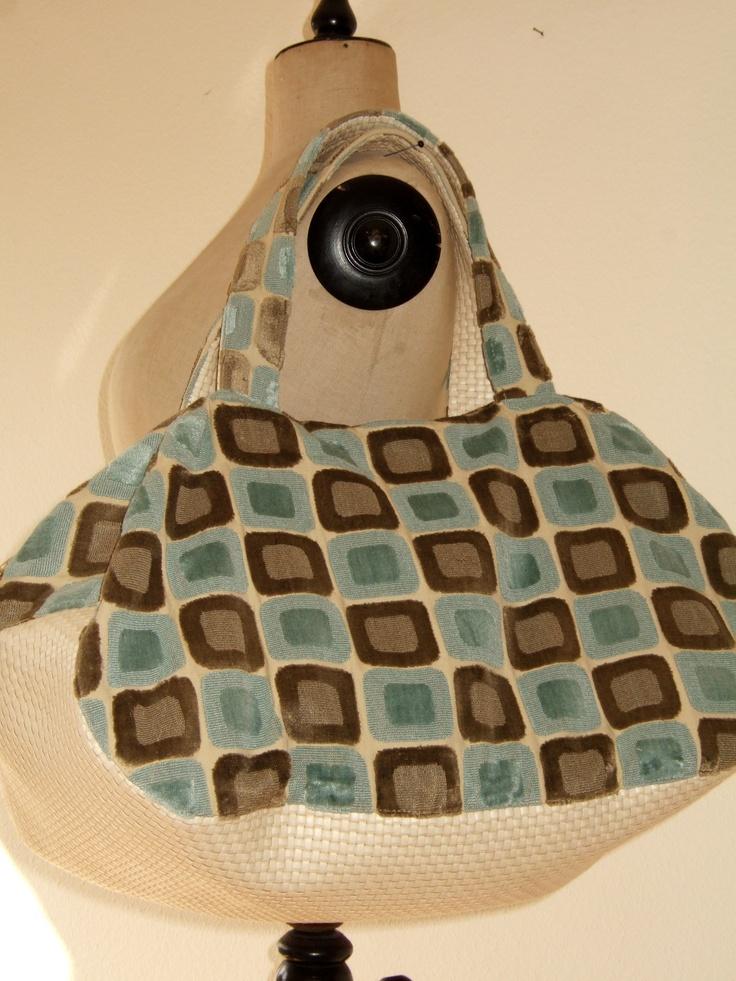 Quadrilatero (Reisetasche)    Weiche und leichte Freizeittasche. Die Tasche bietet genügend Platz für alles, was frau für ein Wochenende braucht. Ist aber genauso im Urlaub als geräumige große Handtasche zu tragen.  Bestechend durch die Schlichtheit des Schnittes, aber auffallend durch ihre Farbkombination, einfach nur schön.    Beschreibung  Materialien: !00% Baumwolle und Geflecht aus Naturfaser (70% Zellulose, 30% Baumwolle)
