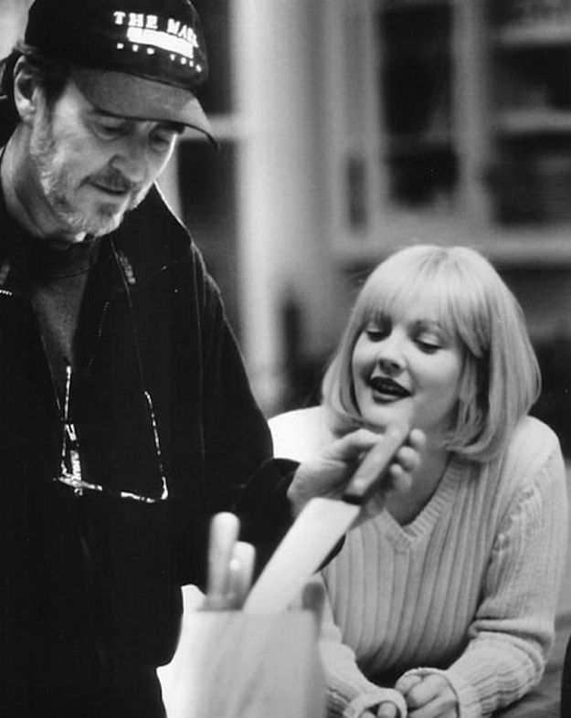 "Wes Craven shows Drew Barrymore a butcher knife on the set of ""Scream"""