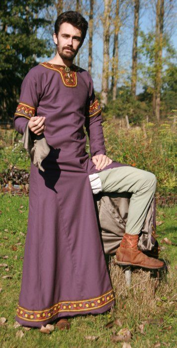 Go to this Frenchman's blog to see a huge array of terrific visual art references on men's 12th century clothing. His research was thorough and his costume beautiful :)
