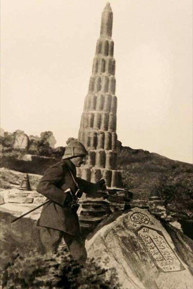 Anafartalar Grubu Kurmay Kıdemli Kurmay Albay Mustafa Kemal Anafarta'ların sağ tarafında savaşmış olan 9. Fırka'nın askerleri tarafından top mermisi kovanlarından yapılan Kireçtepe Şehitliğ'inin önünde. (Kasım 1915) ÇELENGİ NEREYE KOYARSANIZ KOYUN! 18 Mart Çanakkale Zaferi'nin yıldönümü nedeniyle Gelibolu Yarımadası'ndaki şehitliklerin bulunduğu yerde düzenlenen anma törenine Atatürk de çağrılı bulunuyordu. Törene, Çanakkale'de dövüşen ve on binlerce kurban veren devletl