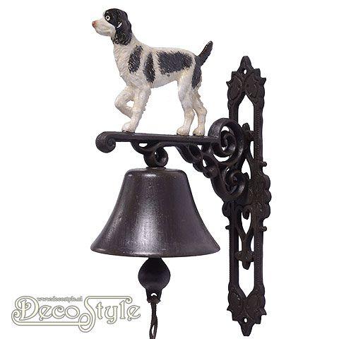 XL105 Gietijzeren Deurbel Hond Spaniel  De nostalgische deurbel die het altijd doet. Prachtige zware gietijzeren deurbel met voorstelling van een hond aan de bovenzijde. Deze gietijzeren bel kan aan een muur worden bevestigd. Bijvoorbeeld naast uw voordeur. Materiaal: Handbewerkt gietijzer Afmetingen: Hoogte: 32 cm Breedte: 15 cm Diepte: 24 cm CAST IRON SPRINGER SPANIEL BELL
