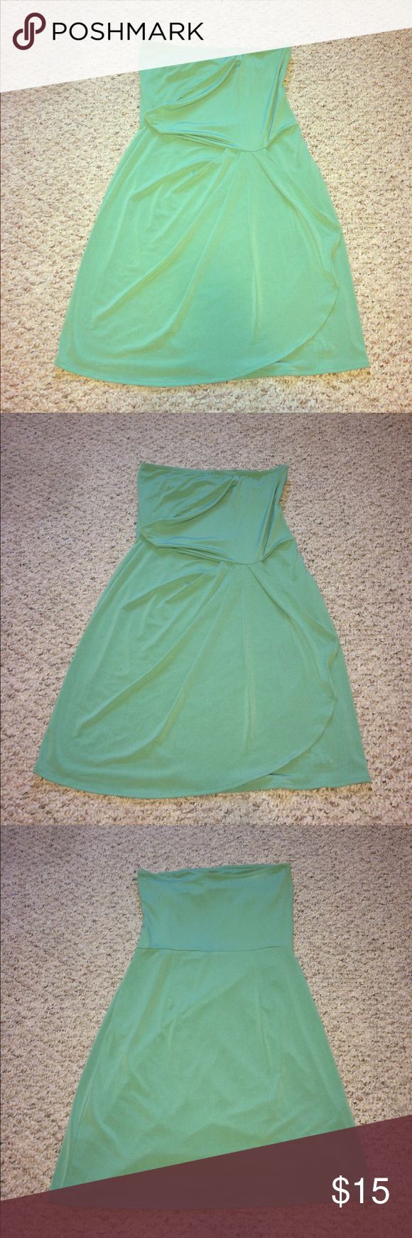 Adorable mint Banana Republic strapless dress - 6 Super cute mint strapless Banana Republic dress - 95% polyester - cute draping in front to give it some fun definition - perfect for summer events and casual summer weddings - built in bra and side zip with hook and eye closure - like new - size 6 Banana Republic Dresses Strapless