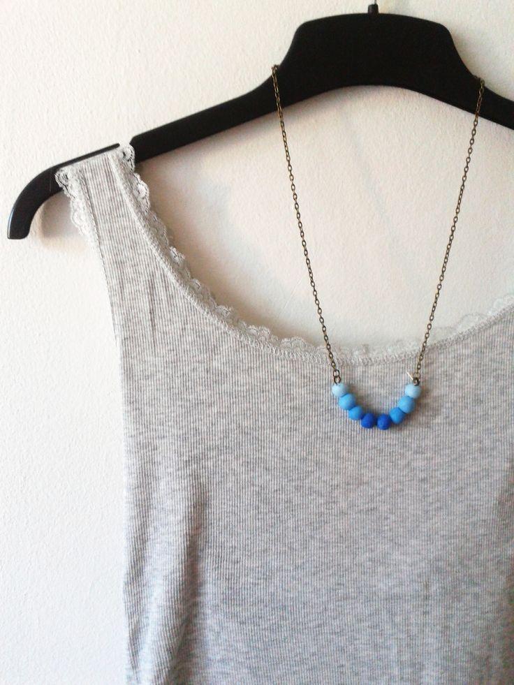Kék ombre gyöngyös nyaklánc. Antikolt bronz színű láncon a kék árnyalatai. Csodás nyári viselet.