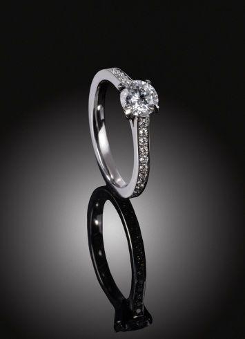 Zeitloser Verlobungsring aus Weißgold oder Platin besetzt mit Diamanten im Brillantschliff
