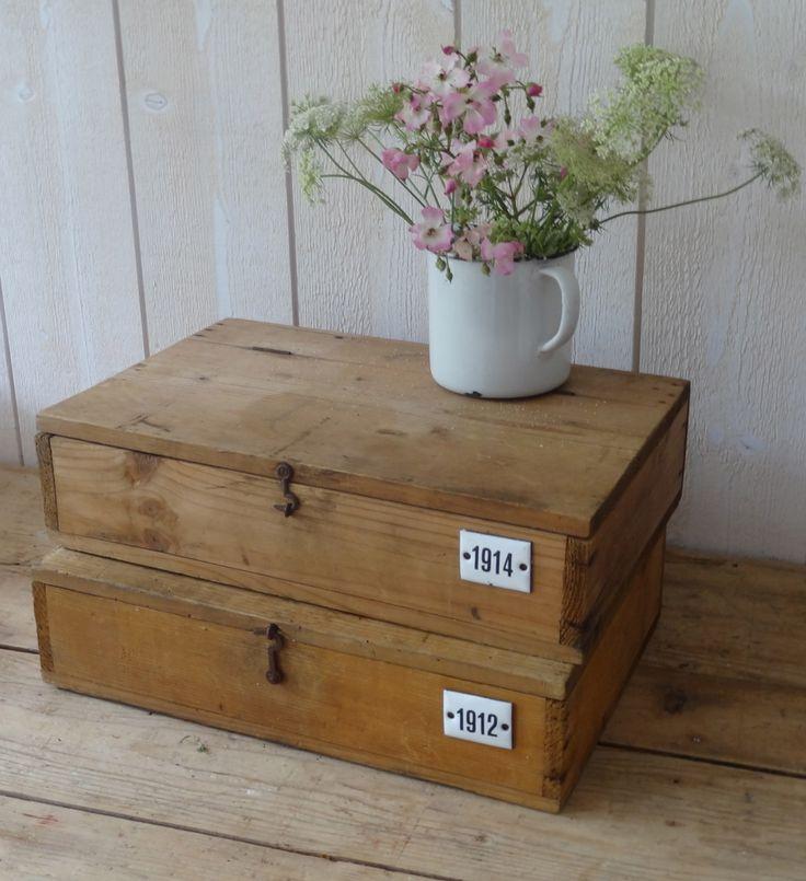 boîte ancienne avec rajout d'une plaque émaillée