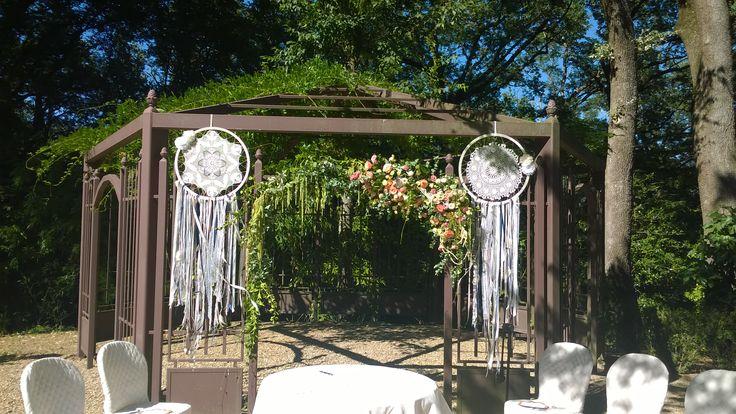 matrimonio. rito civile all'aperto. arco floreale su gazebo con acchiappasogni. rose lisianthus amaranto e edera. agosto 2016