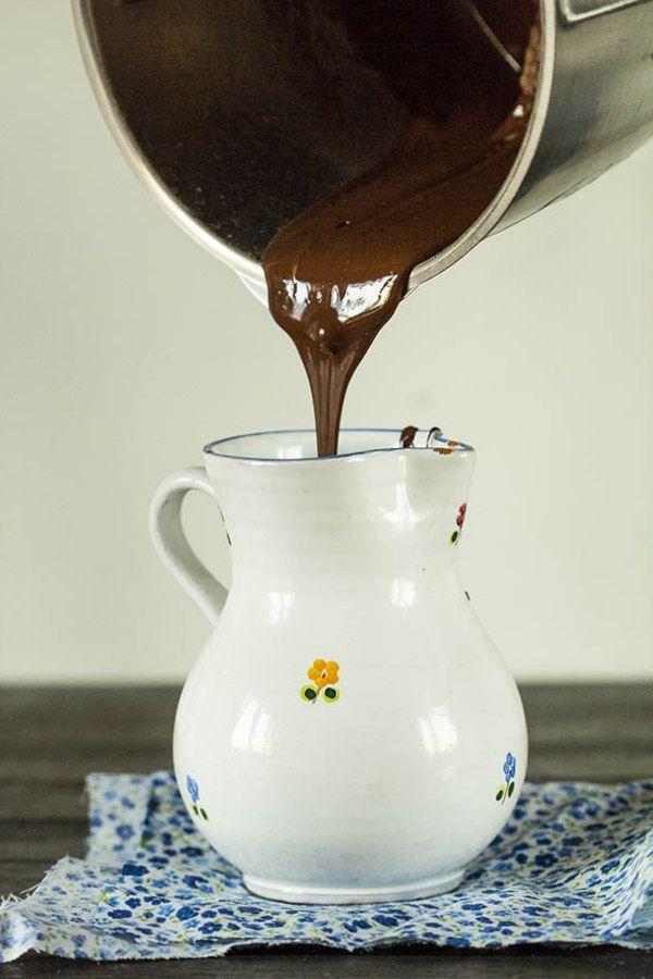 El chocolate es el alimento resultante de mezclar azúcar con dos productos derivados de la manipulación de las semillas del cacao: la pasta de cacao y la manteca de cacao. Así de simple. El cacao fue introducido en España por Cristóbal Colón, quien llevó muestras de cacao a los Reyes Católicos para que las probaran, …