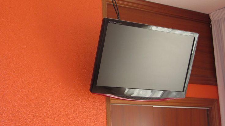Habitaciones con TV de pantalla plana. www.hotelalberguelasalle.com