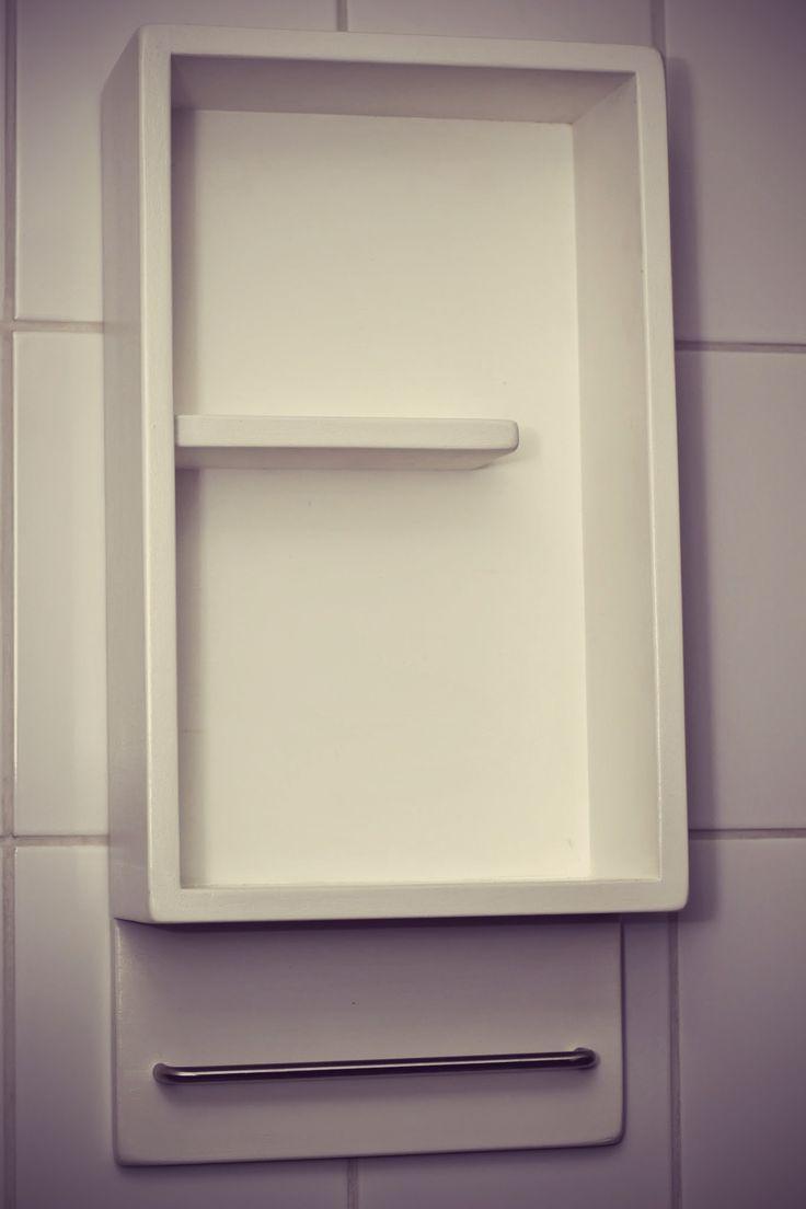 Mueble blanco, diseñado para guardar los condimentos, aceite y colgar mantel.