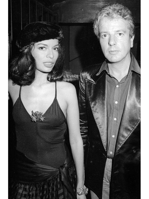 1979年、ローリング・ストーンズのパーティでのビアンカ。キャミソールにギャザースカート、ベレー帽で、どことなくフレンチの薫りを漂わせて。胸もとからのぞかせてるのはコサージュ!