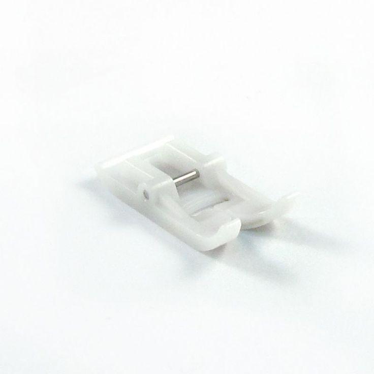 Πόδι Πατούσα Teflon για Οικιακές Ραπρομηχανές. Ιδανικό εξάρτημα για να γλιστράει πάνω σε δύσκολα υφάσματα (δερματίνη, οργάντζα κ.α.) Συσκευασία: 1 τεμάχιο