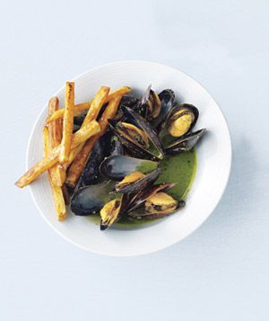 Mussels With Pesto and Garlic Oven Fries Recipe