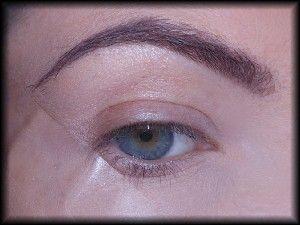 2. Aby ułatwić sobie pracę nad makijażem, przyklejam w zewnętrznym kąciku, pod skosem taśmę klejącą – od kącika do brwi.