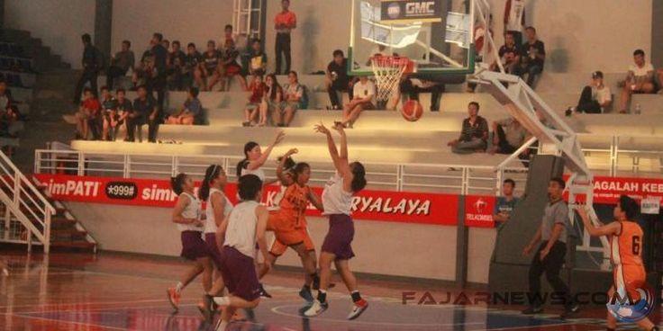 Tim bola basket putri Jabar meraih kemenangan pertama di ajang Mini PON usai mengalahkan tim bola basket Kalimantan Timur dengan skor 74-57 di Stadion GMC Basketball Arena Kota Cirebon, hari Kamis kemarin. #PONPeparnasJabar2016 #JadiJuara  (pict: fajarnews)