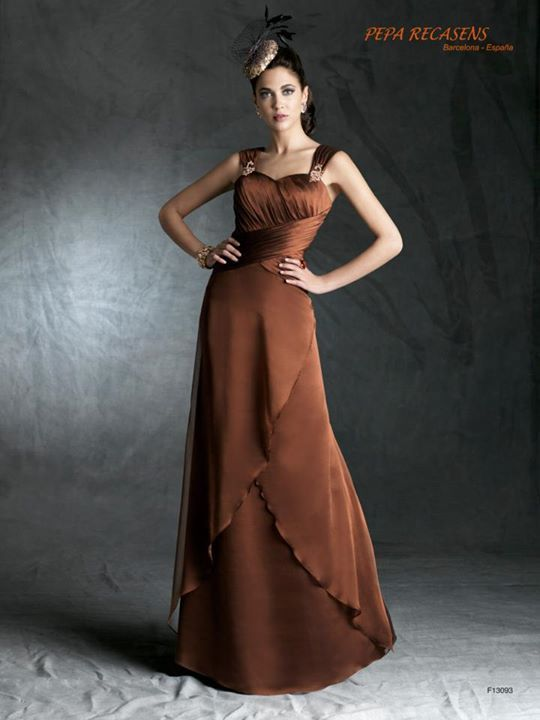 428436_526420737393310_690193665_n.jpg (540×720) creación en chiffon de seda con el cuerpo cincelado con drapeados, amplios tirantes con motivos de pedrería y vaporosa falda a capas.