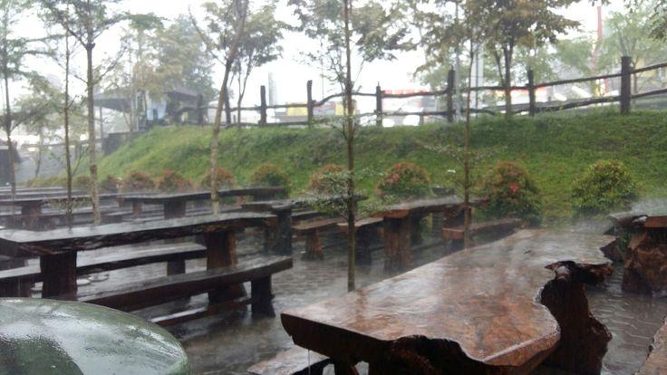 Lihat! Hujan itu jatuh berkali2 tapi tak pernah takut untuk terjatuh lagi dan lagi, demi semesta.