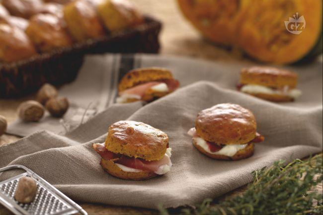 Gli scones alla zucca rappresentano una variante golosa e raffinata dei classici panini anglosassoni preparati con un impasto arricchito dalla zucca.