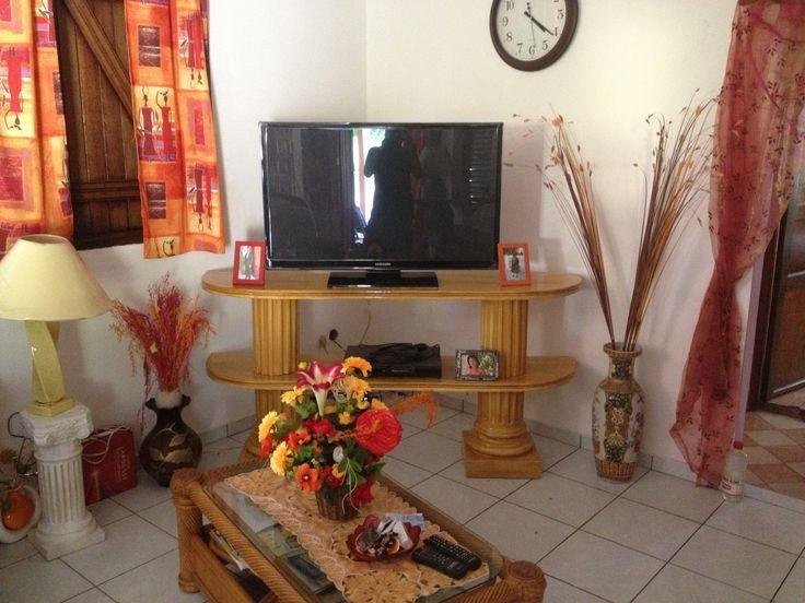 TABLE DE TELEVISION 2 Niveaux IMITATION BOIS En PIERRE RECONSTITUEE REF:ART 33B 615,38€ TTC Hauteur: 80cm Longueur: 70cm Largeur: 40cm Epaisseur Plateau: 4 cm par design deco-pro