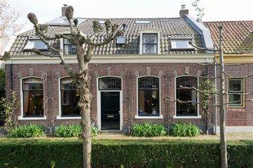 ASPEREN Prijsindicatie € 750.000 k.k. Ultieme gezins-stadswoonboerderij in Asperen Bijzondere vrijstaande stadsboerderij met grote garage, gelegen aan de rustige autovrije Minstraat. De mooie woning dateert uit ca. 1892 en bevat vele sfeervolle authentieke elementen. Het ligt op een perceel van 906 m2 en heeft een inhoud van ca. 950 m3. Achter de woning ligt een ruime gevarieerd aangelegde tuin op het zuidwesten. Achterin de tuin ligt een zeer ruime garage (117 m2) met aan de voorzijde een…