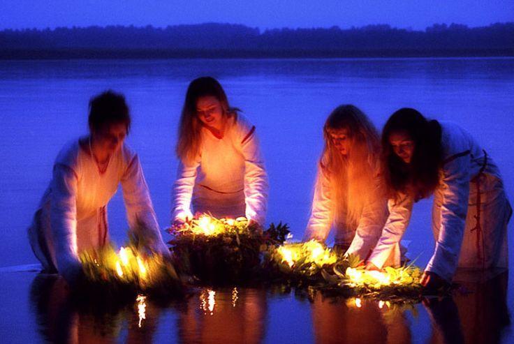 7 июля - Праздник Ивана Купалы. Ритуалы и обряды.  Символом праздника у восточных славян всегда оставался цветок Иван-да-Марья. По легенде это брат и сестра, которые полюбили друг друга и вступили в любовные отношения, за что их и наказали Боги, превратив в цветок. Цветок символизирует также и стихии праздника – это прежде всего огонь и вода в единстве плодородия. Летнее Солнце, жара, реки и озера и летние дожди сплетаются вместе и дают жизнь растениям, целебным травам, ягодам и грибам. Так…