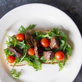 Terwijl ik ziek op de bank lig is er net wel een lekker receptje online verschenen; zuurdesem met biefstukpuntjes in sojasaus en gepofte tomaatjes. Onwijs lekker 🙌. De link naar het recept staat in m'n bio.