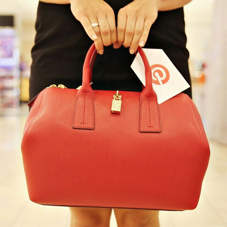 Yes, I want to win....Anniversaries Sales, Fashion, I Win, Pin To Win, Pintowin, Pretty Colors, Social Media, My Life, Red Bags