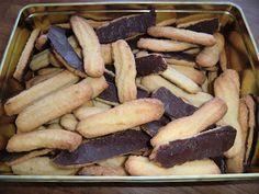 ca. 60 stk 225 g mel 100 g Ren rå marcipan 200 g Margarine 90 g Sukker Revet skal af 1 appelsin pynt : 100 g smeltet chokolade ...
