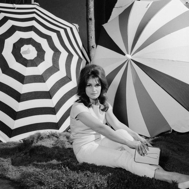 "Dalida sur le plateau de ""Discorama"" Date : 20/06/1963  Crédits : Adda, Jean / INA #French60s #French60sPop  #1960s #chanteuses #Dalida"