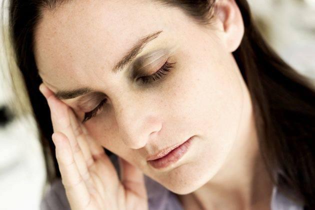 Contra las ojeras Mezcla leche con nuez moscada molida hasta formar una pasta. Aplícala alrededor de los ojos. Ello estimula la circulación, refresca los ojos y revitaliza las zonas dañadas.