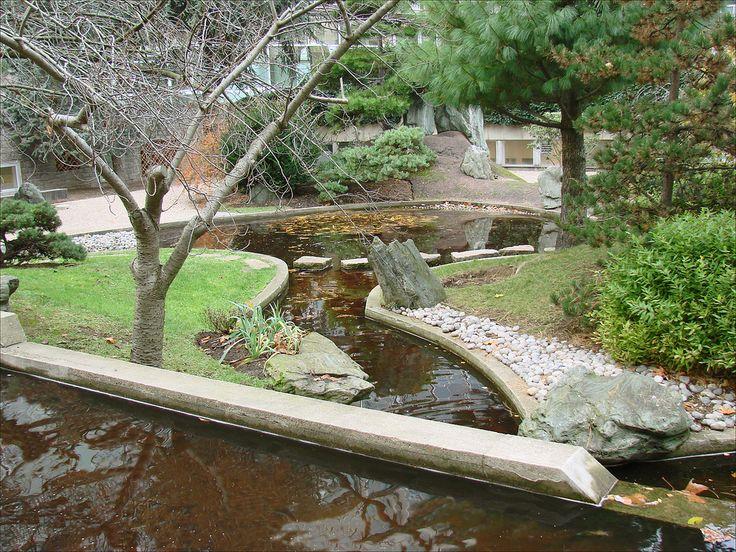 https://flic.kr/p/8WAtSk | Le jardin japonais de Noguchi (UNESCO, Paris) | Le jardin de l'UNESCO, aménagé en 1958 par le sculpteur japonais Isamu Noguchi (1904-1988), a marqué son temps et influencé le domaine de l'architecture de paysage.  www.unesco.org/visit/fr/notices/jardins.htm  Inaugurée en novembre 1958, la Maison de l'Unesco a été conçue par l'Américain Marcel Breuer, l'Italien Pier Luigi Nervi et le Français Bernard Zehrfuss, dont les plans ont été approuvés par des ténors de…
