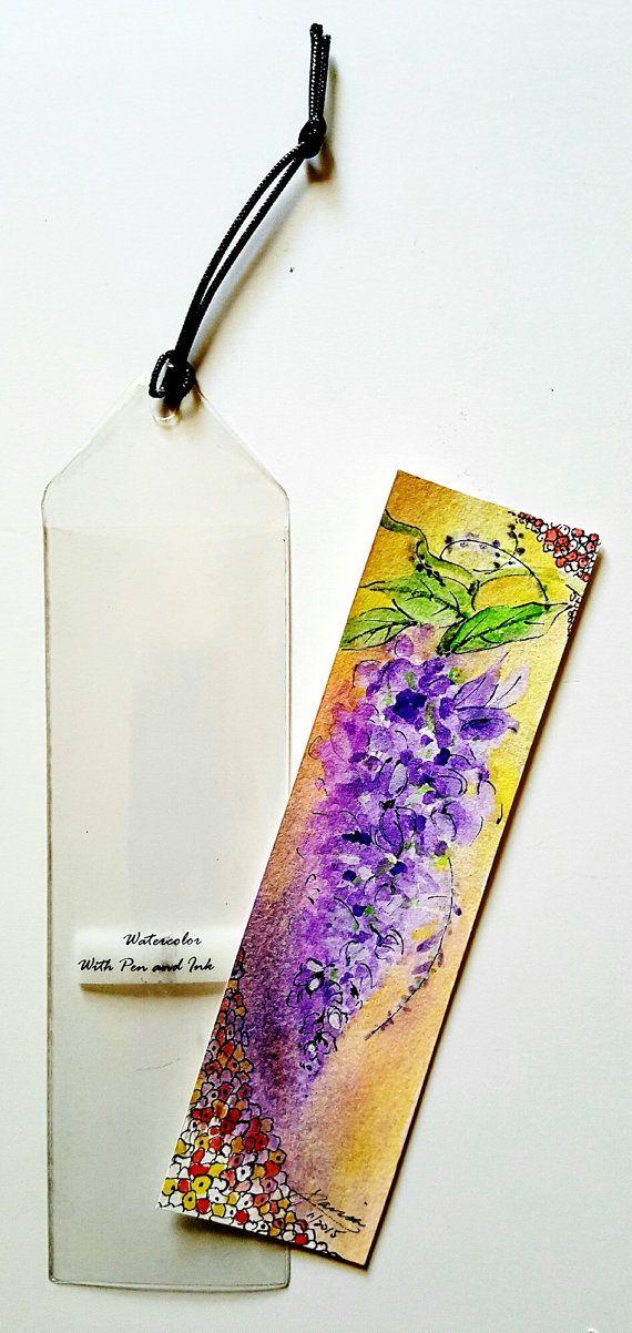 Un hermoso manojo de wisteria bloosoms adorna este marcador. Los adornos de pluma de estilo Art Nouveau únicos en esta pintura son mi dibujos originales.  El marcador mide 7 1/8 x 2 1/8 y la pintura se ejecuta en 140 libras papel de acuarela de Strathmore.  El marcador está protegido por una funda de vinilo y es un perfecto ejemplo de Arte en movimiento o Arte usable.  Esta obra de arte es el regalo perfecto para el ávido lector o amante de la naturaleza.