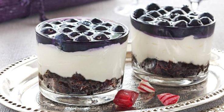 Blåbærostekake - Fantastisk ostekake med blåbær og sjokoladebrownies i kakebunnen!