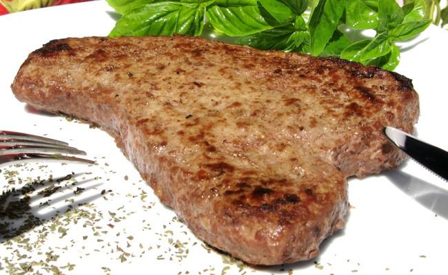 Bufalo Steak iBurger Bistecca Hamburger surgelato carne di bufalo Ingredienti: carne di bufalo, carne suina, pane, acqua, aromi naturali Alla scoperta della Carne di Bufalo La carne di bufalo rientra nella categoria delle carni rosse di alta qualità per le sue caratteristiche nutrizionali e organolettiche. Bassissima la presenza di grassi in questo tipo di carne, infatti il bufalo deposita il grasso fuori dal tessuto muscolare.