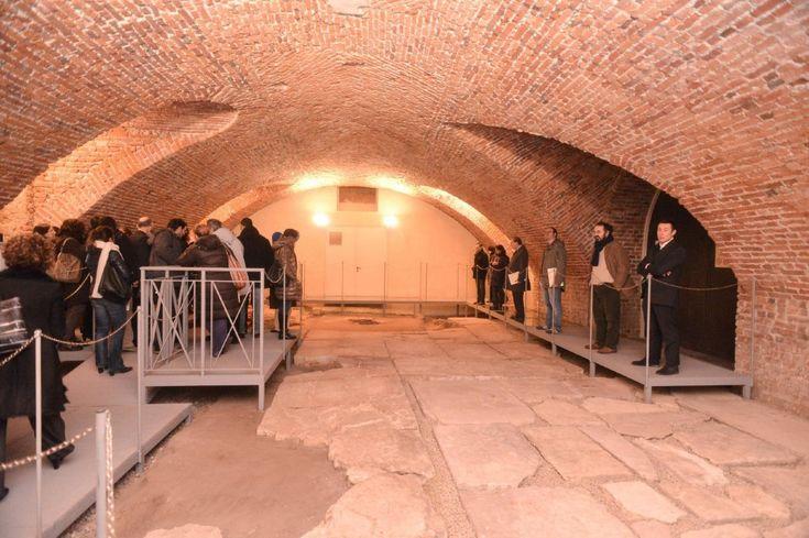 Il cuore dell'antico Foro romano di Milano, il lastricato della piazza sulla quale passeggiavano Costantino, Ambrogio e Teodosio, adesso è restaurato e visitabile. Il sito archeologico, che si trova nei sotterranei della Pinacoteca Ambrosiana, mostra una parte dell'antica piazza forense (circ