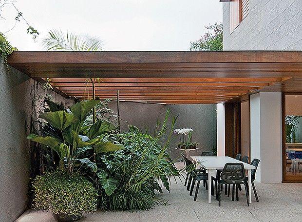 Casa e Jardim mar 2014 - IDEIA!!!! Fazer a cobertura de uma garagem com um pergolado e, na parte da frente, fazer um acabamento com a madeira em forma de platibanda.