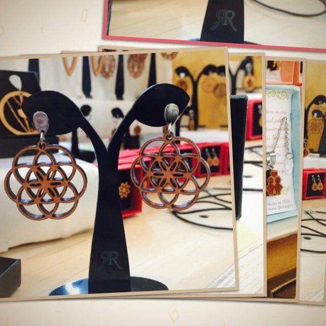 Aquí pueden ver una selección de lo que encontrarás en Mall Plaza Vespucio hasta mañana domingo 22.mayo! #altorrelieve #madera #mallplazavespucio #earring #mandala #aros #amor #aires #cute #lindo #chile #diseñochileno #diseñopropio #popup #calidad #etsy