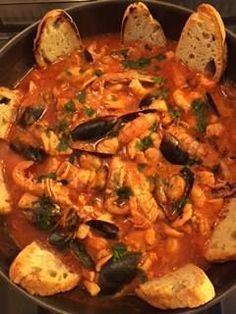 zuppa di pesce senza spine, cozze, vongole, coda di rospo, pannocchie, gamberi, seppie, triglie e scampi