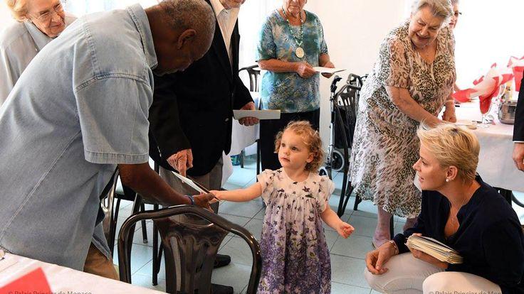 Charlene med sina tvillingar hälsade på äldreboende i augusti 2017