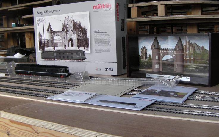 Märklin 39054   Locomotiva a vapore aerodinamica Gruppo 05 con tender separato. Prototipo: Locomotiva a vapore aerodinamica per treni rapidi Gruppo 05 della Ferrovia Tedesca del Reich (DRG). Esecuzione con combustione a polverino di carbone e cabina di guida collocata anteriormente. Colorazione di base in nero totale con filetto ornamentale bianco. Numero di servizio della locomotiva 05 003. Locomotiva 14.555 nel registro di fornitura delle Officine Locomotive Borsig, Hennigsdorf.
