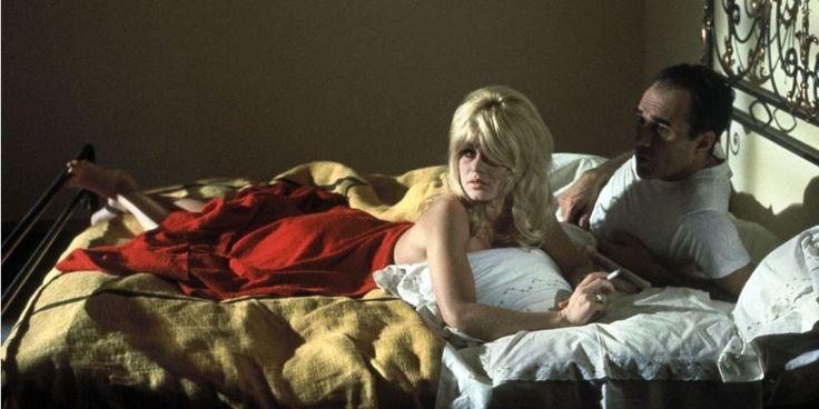 """Godard - """"Le Mépris""""  Avec Brigitte Bardot et Michel Piccoli,  le film débute par une phrase d'André Bazin """"le cinéma substitue à nos regards un monde qui s'accorde à nos désirs"""".  Un odyssée sur la rupture amoureuse, allant de la méprise au mépris. Une mise en abyme sur le cinéma, opposant sa nouvelle esthétique (nouvelle vague ?)  au cinéma hollywoodien. Trois couleurs ressortent, le jaune, le rouge et le bleu."""