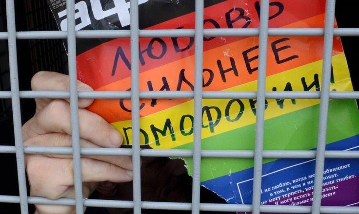 """Segundo o jornal Novaya Gazeta, autoridades da Chechênia estariam usando campos de concentração para prender e torturar homens gays. De acordo com denúncias de grupos defensores dos direitos humanos, mais de 100 homens gays foram detidos """"em conexão a sua orientação sexual não-tradicional, ou suspeitas disso"""". Uma dessas prisões estaria num quartel na cidade de Argun."""