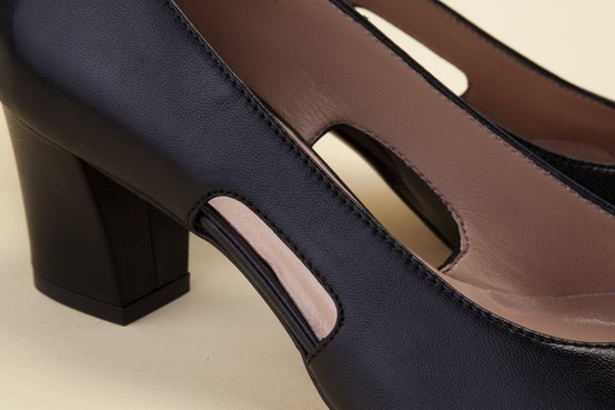 The nude-look cutouts make this a cool, sought-after shoe. Wear Pakerson footwear. - Le aperture laterali rendono queste scarpe fresche e ricercate. Indossa le calzature Pakerson. http://store.pakerson.it/woman-decolletes-27299-nero.html